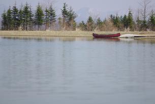 湖のほとりにカヌーの写真素材 [FYI03932174]