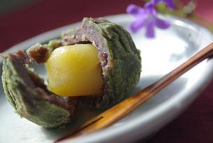 抹茶と栗の和菓子の写真素材 [FYI03932183]