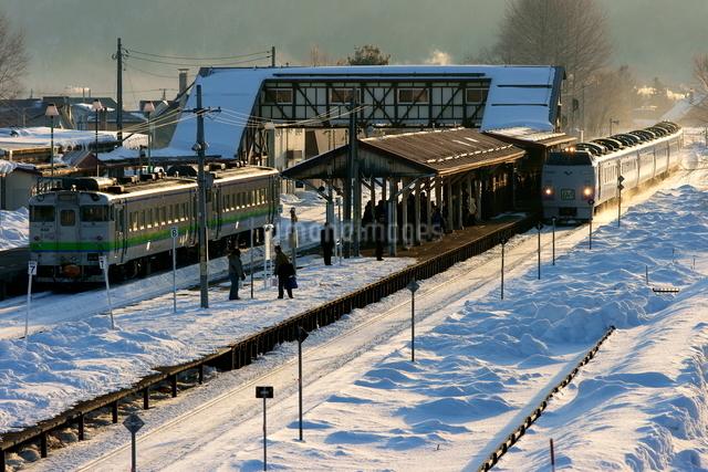 留辺蘂駅と列車の写真素材 [FYI03932437]