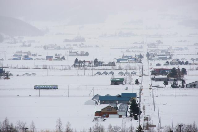 上富良野町から中富良野町を走る列車の写真素材 [FYI03932443]