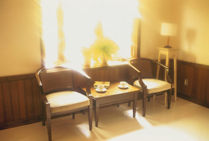 窓辺の椅子の写真素材 [FYI03932600]