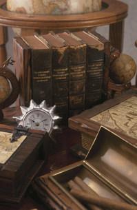 本と時計の写真素材 [FYI03932657]