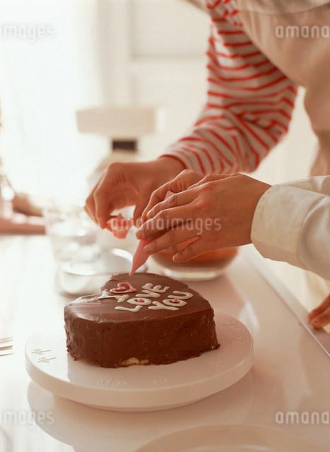 ケーキを作る手元の写真素材 [FYI03932841]