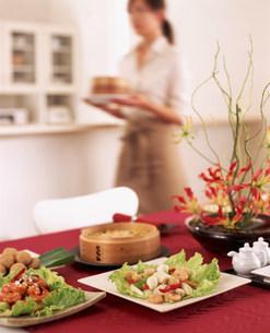 セッティングされたテーブルと女性の写真素材 [FYI03932927]