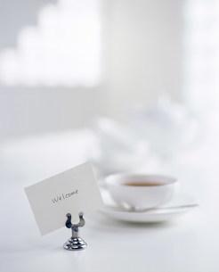 メッセージカードとカップに入った飲料の写真素材 [FYI03932942]