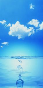 水と雲と瓶のイメージの写真素材 [FYI03933062]
