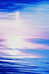 水紋と映りこんだ光イメージの写真素材 [FYI03933071]
