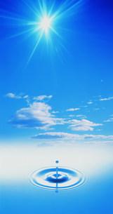 青空と太陽と水滴水紋イメージの写真素材 [FYI03933103]