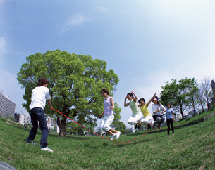 縄跳びをする人々の写真素材 [FYI03933499]