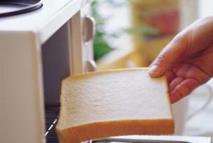 パンを焼くの写真素材 [FYI03937375]