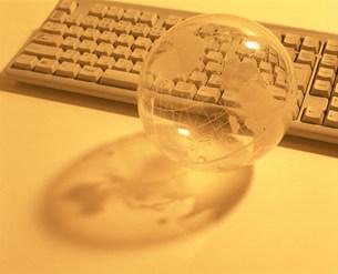 地球儀とキーボードの写真素材 [FYI03937472]
