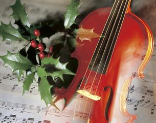 バイオリンとヒイラギの写真素材 [FYI03937952]
