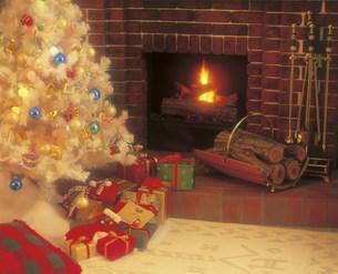 クリスマスツリーと暖炉の部屋の写真素材 [FYI03938009]