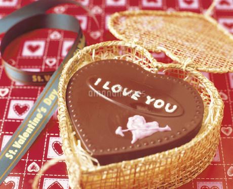 ハートのチョコレートケーキの写真素材 [FYI03938121]