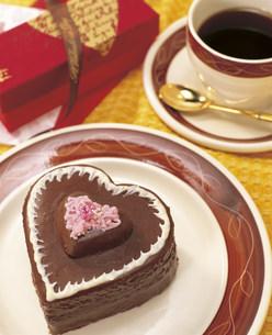 ハートのチョコレートケーキの写真素材 [FYI03938402]