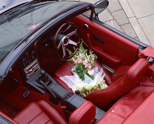 自動車のシートに置かれた花束の写真素材 [FYI03938969]