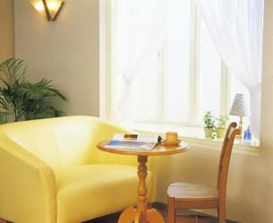 窓辺の椅子とテーブルの写真素材 [FYI03939385]