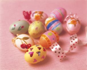 カラフルな卵の写真素材 [FYI03941655]