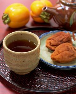 ほうじ茶と干し柿の写真素材 [FYI03941773]