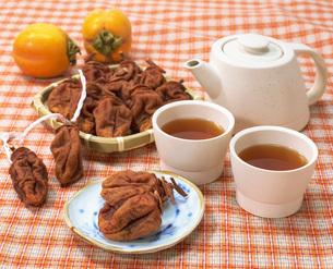 ほうじ茶と干し柿の写真素材 [FYI03941774]