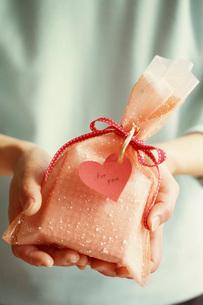 プレゼントを渡す手元の写真素材 [FYI03941819]