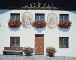 花と壁画のある家の写真素材 [FYI03943200]