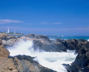 野島崎灯台と波の写真素材 [FYI03943405]