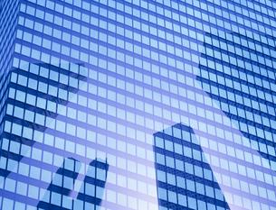 ビルに映る都庁の写真素材 [FYI03943464]