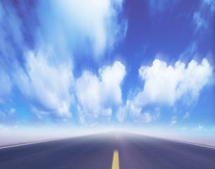 道路と雲 合成のイラスト素材 [FYI03943615]
