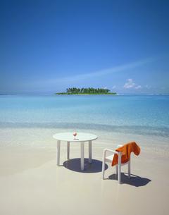 浜辺のテーブルとイスの写真素材 [FYI03943625]