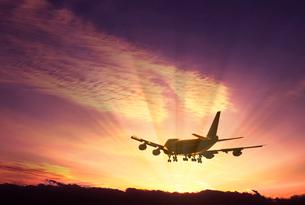 夕映えの旅客機 CGの写真素材 [FYI03943682]