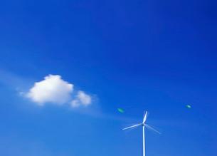 雲と風車の写真素材 [FYI03943736]