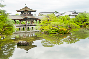 平安神宮 橋殿 の写真素材 [FYI03943908]