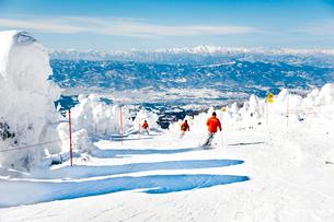ザンゲ坂コースのスキーヤーの写真素材 [FYI03943946]