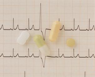 心電図と薬の写真素材 [FYI03944296]