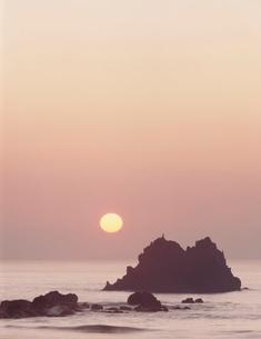 大石ロングビーチから望む日の出の写真素材 [FYI03944362]