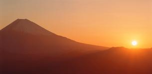 櫛形林道から望む富士山の日の出の写真素材 [FYI03944366]