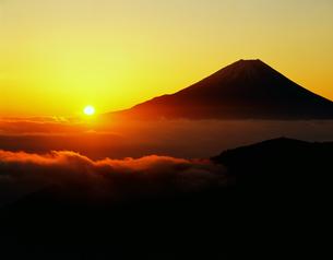 丸山林道より望む富士山 日の出の写真素材 [FYI03944374]