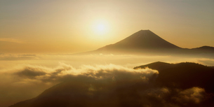丸山林道より望む富士山 日の出の写真素材 [FYI03944375]