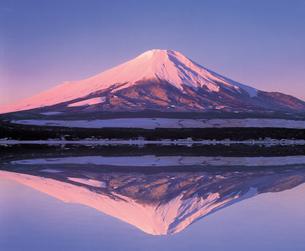 化粧富士と湖の写真素材 [FYI03944521]