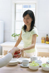 朝食をとる女性の写真素材 [FYI03944610]