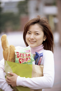 買い物袋を持つ女性の写真素材 [FYI03944643]