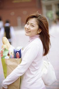 買い物袋を持つ女性の写真素材 [FYI03944646]