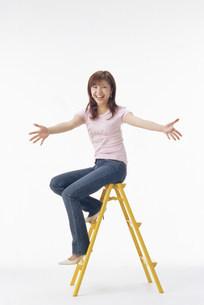 脚立に座る女性の写真素材 [FYI03944708]