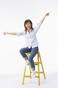 脚立に座る女性の写真素材 [FYI03944715]
