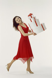 プレゼントを持つ女性の写真素材 [FYI03944772]