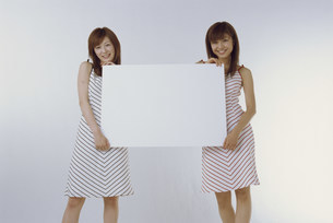 パネルを持つ女性の写真素材 [FYI03944790]
