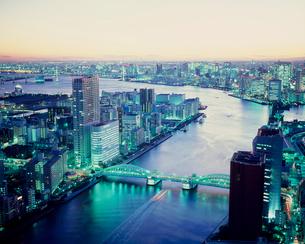 聖路加タワーより望む勝鬨橋と隅田川 夕景の写真素材 [FYI03944885]