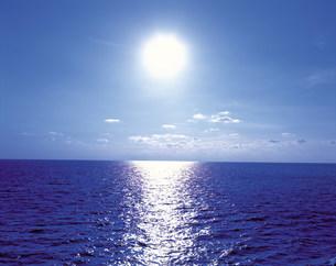 光る海と太陽の写真素材 [FYI03944889]