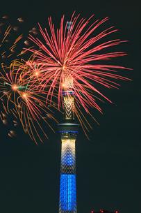 江東区民まつり亀戸地区祭りの花火とスカイツリーの写真素材 [FYI03944932]